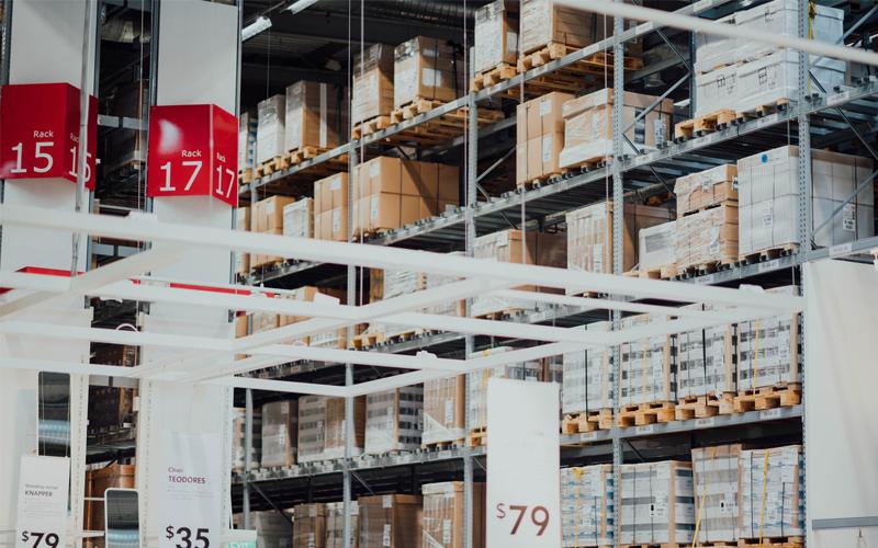 Profesjonalny osprzęt do magazynowania towarów, czyli jak powinno wyglądać pełne wyposażenie?